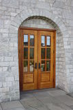 Nuova porta di legno della chiesa. Fotografia Stock