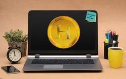 Nuova progettazione della moneta di Hashgraph sullo schermo del computer portatile Fotografia Stock Libera da Diritti