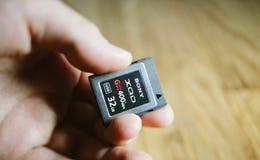 Nuova scheda di memoria di XQD da Sony in mano dell'uomo Fotografia Stock Libera da Diritti