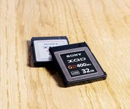 Nuova scheda di memoria di XQD da Sony sulla tavola Fotografie Stock