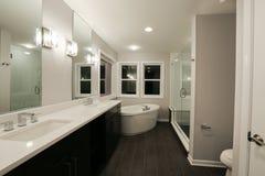 Nuova stanza da bagno domestica fotografia stock