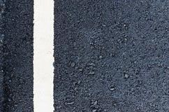 Nuova strada asfaltata con la linea bianca primo piano per fondo Immagini Stock Libere da Diritti