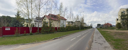 Nuova strada asfaltata e cottage abitati in privati Fotografia Stock Libera da Diritti
