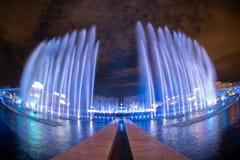 Nuova Unirii grande fontana quadrata di Bucarest, inaugurazione dalla nova di Apa fotografia stock libera da diritti