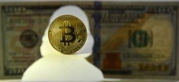 Nuova valuta del mondo Moneta di oro di Bitcoin e siluetta di Benja fotografia stock
