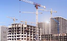 Nuove alte case non finite moderne nella città Fotografie Stock Libere da Diritti