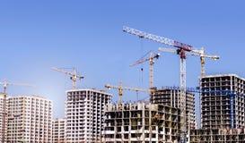 Nuove alte case non finite moderne nella città Fotografia Stock Libera da Diritti