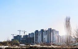 Nuove alte case non finite moderne nella città Immagini Stock