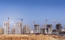 Nuove alte case non finite moderne nella città Immagine Stock