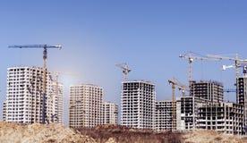 Nuove alte case non finite moderne nella città Fotografie Stock