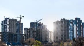 Nuove alte case non finite moderne nella città Immagini Stock Libere da Diritti