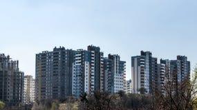 Nuove alte case non finite moderne nella città Fotografia Stock