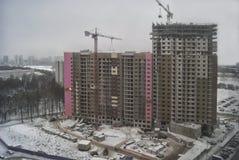 Nuove alte costruzioni costruite moderne della città sopra un cielo grigio nuvoloso di inverno Fotografia Stock Libera da Diritti