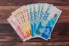 Nuove banconote israeliane con i nuovi 200, 100, 20, degli shekel sheqel 50 Carta da parati della vista superiore delle fatture d Immagine Stock