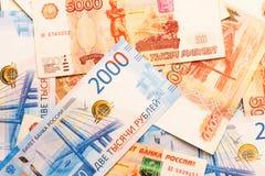 Nuove banconote russe nelle denominazioni di 2000 e 5000 rubli di primo piano Fotografia Stock