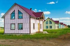 Nuove case del paese da vendere Fotografie Stock Libere da Diritti