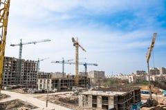 Nuove case di palazzo multipiano e gru di colonna Fotografia Stock