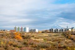 Nuove case prefabbricate sopra la collina sopra la foresta Immagine Stock