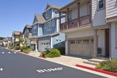 Nuove case in Richmond California su un pendio di collina fotografie stock