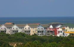 Nuove case variopinte della spiaggia Immagini Stock