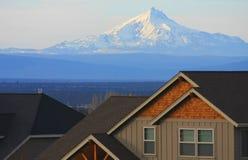 Nuove case, vecchia montagna Immagini Stock Libere da Diritti