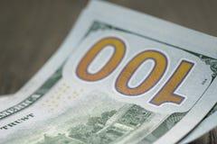 Nuove cento banconote in dollari sulla tavola di legno Fotografie Stock Libere da Diritti