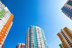 Nuove costruzioni di appartamento alte contro cielo blu Immagini Stock Libere da Diritti