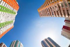 Nuove costruzioni di appartamento alte contro il fondo del cielo Fotografia Stock Libera da Diritti