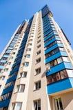 Nuove costruzioni di appartamento alte contro il fondo del cielo blu Fotografia Stock