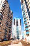 Nuove costruzioni di appartamento alte contro il fondo del cielo blu Immagini Stock