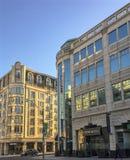 Nuove costruzioni soleggiate del condominio sulla via di Yonge a Toronto fotografia stock libera da diritti