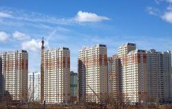 Nuove costruzioni sopra il chiaro cielo senza nuvole blu Fotografia Stock