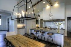 Nuove cucina e sala da pranzo enormi fotografia stock libera da diritti