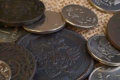 Nuove e vecchie monete delle monete moderne e del XVII secolo della Russia, sul panno Fotografie Stock