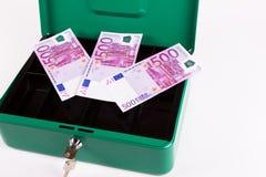 Nuove 500 euro banconote in scatola dei contanti Fotografie Stock
