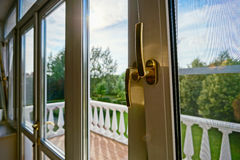 Nuove finestre del PVC nell'interno vecchio-disegnato Immagini Stock