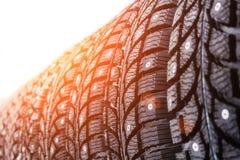 Nuove gomme fissate moderne pulite di inverno nella fila Gomme con le punte, fine su immagini stock