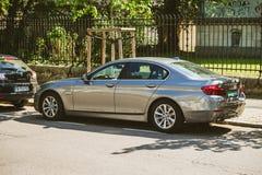 Nuove limousine di lusso d'argento di BMW con i piatti diplomatici Fotografie Stock Libere da Diritti