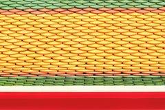 Nuove mattonelle di tetto del tempio tailandese immagine stock