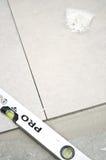 Nuove piastrelle per pavimento, installazione Immagini Stock Libere da Diritti