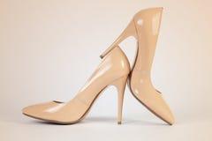 Nuove scarpe brillanti delle donne Fotografia Stock