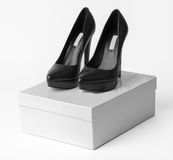Nuove scarpe di cuoio nere del tacco alto sulla scatola Fotografia Stock Libera da Diritti