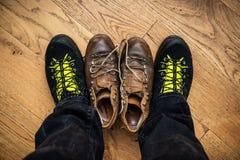 Nuove scarpe e quelle vecchie immagini stock libere da diritti