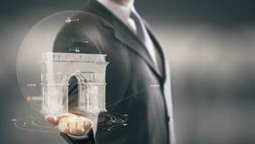 Nuove tecnologie disponibile del punto di riferimento di Holding dell'uomo d'affari di Arc de Triomphe Francia Fotografia Stock Libera da Diritti