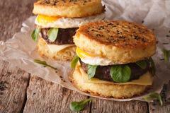 Nuovi alimenti a rapida preparazione: primo piano dell'hamburger di ramen sulla tavola di legno horizo Fotografie Stock