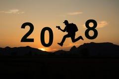 2018 nuovi anni con il fondo della montagna e di tramonto Fotografie Stock Libere da Diritti