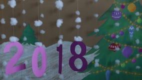 2018 nuovi anni contro lo sfondo di un albero di Natale e di una neve dipinti video d archivio