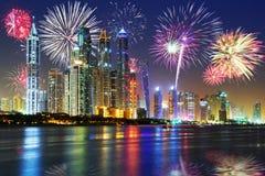 Nuovi anni di esposizione dei fuochi d'artificio nel Dubai Fotografie Stock Libere da Diritti