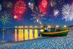 Nuovi anni di esposizione del fuoco d'artificio al Mar Baltico Fotografie Stock Libere da Diritti