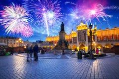Nuovi anni di esposizione del fuoco d'artificio sopra il quadrato principale a Cracovia fotografia stock libera da diritti